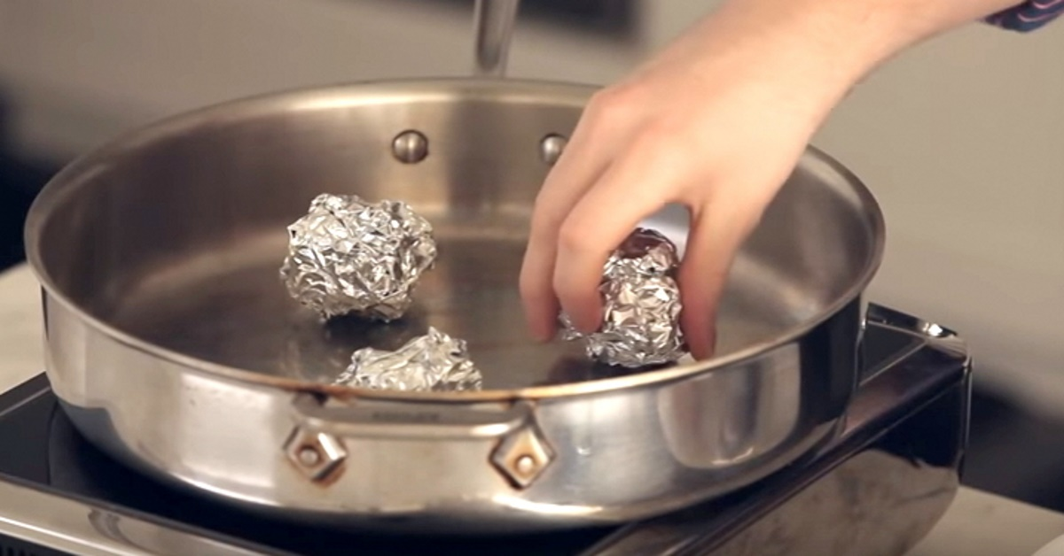 Chef threw aluminum foil balls into a deep frying pan. Revealed a genius trick that will change the way you cook
